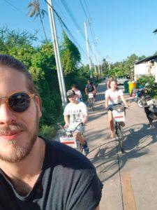 Grupo andando de bicicleta em Bang Krachao
