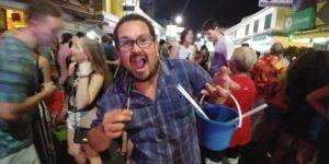 Comendo escorpião na Khao San Road enquanto a balada na rua está a todo vapor.