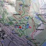Mapa com as trilhas, separadas por tipo e dificuldade, disponíveis na montanha Fløyen, Bergen. Todas as trilhas possuem marcações, e mapas como este encontram-se espalhados pela região. Abr/15.
